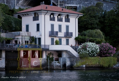 Unique front lake position 5 bedrooms villas for sale for Lake house in italian