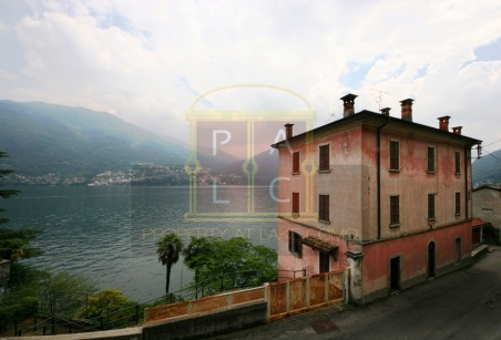 home for sale directly on the lake Como
